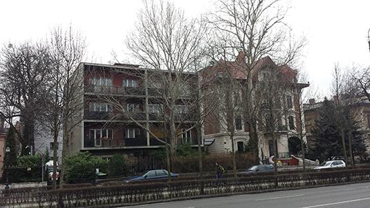 ... e seus contrastes (na foto, um edifício de arquitetura comunista à esquerda e, à direita, uma residência eclética de fins do século XIX).