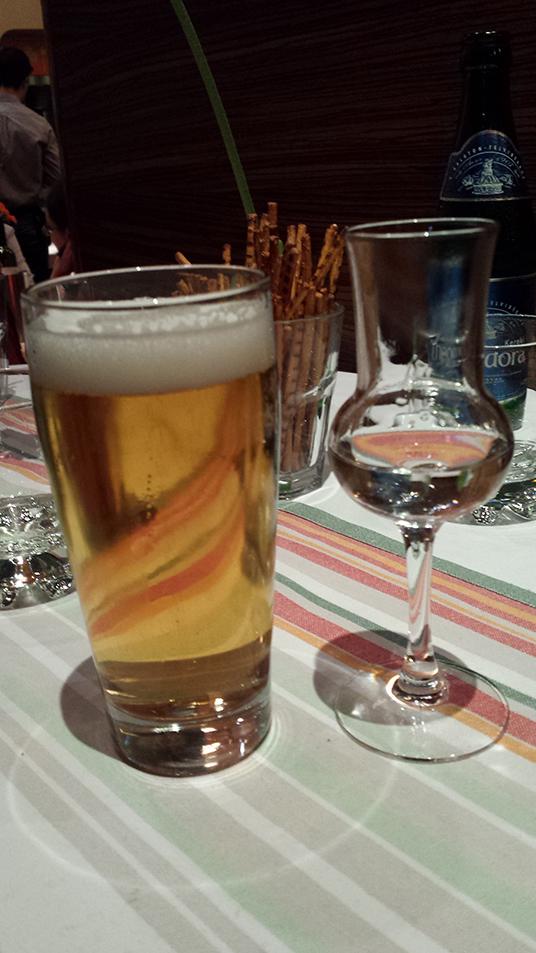 Uma cerveja húngara e Pálinka, a bebida típica da Hungria