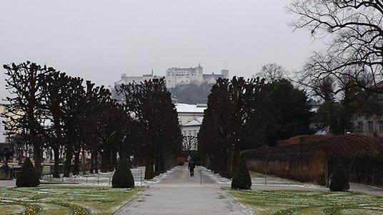 Na frente, os jardins do palácio Mirabell; ao fundo, a Fortaleza de Hohensalzburg