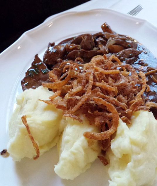 Geröstete Kalbsleber, menos conhecido que o wiener, mas igualmente gostoso: fígado bovino com purê de batata e cebolas empanadas