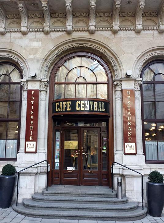 almocinho típico no Café Central, café centenário frequentado por visitantes ilustres como Freud e Trotsky